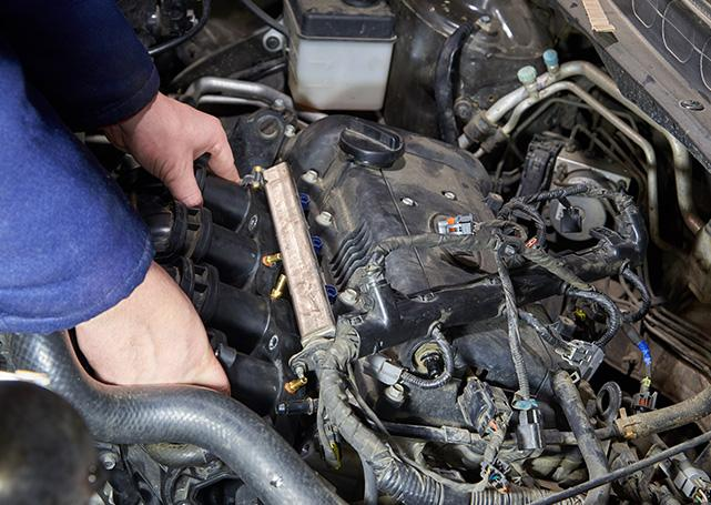 mechanik naprawiający pojazd